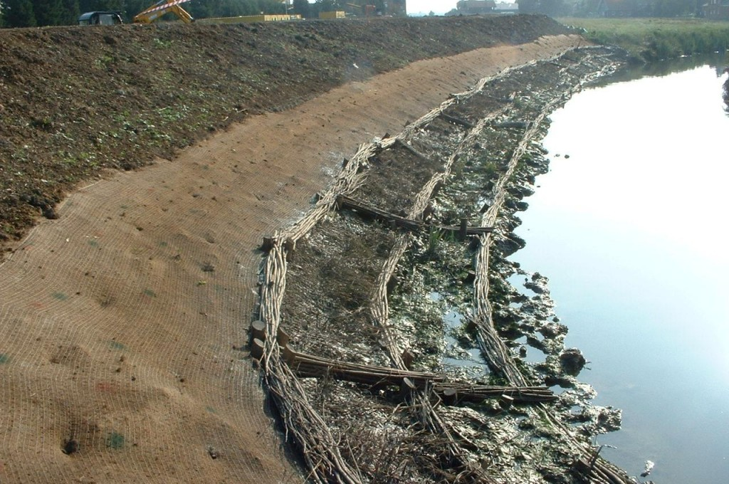 A biodegradable erosion control blanket has been used to stabilise the upper bank at a newly regraded embankment at Battlesbridge Essex