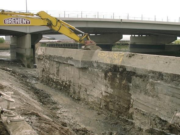 Removal of existing retaining wall on the River Roding at the A13